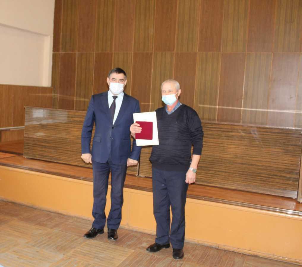 Сегодня генеральный директор Шайхетдинов Ф.Р. вручал грамоты и награды сотрудникам предприятия в честь «Дня работника сельского хозяйства и перерабатывающей промышленности».